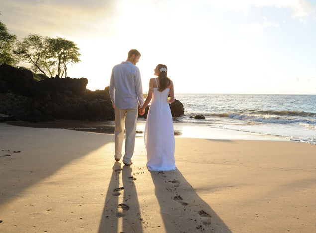 Couple getting married on the beach in Maui